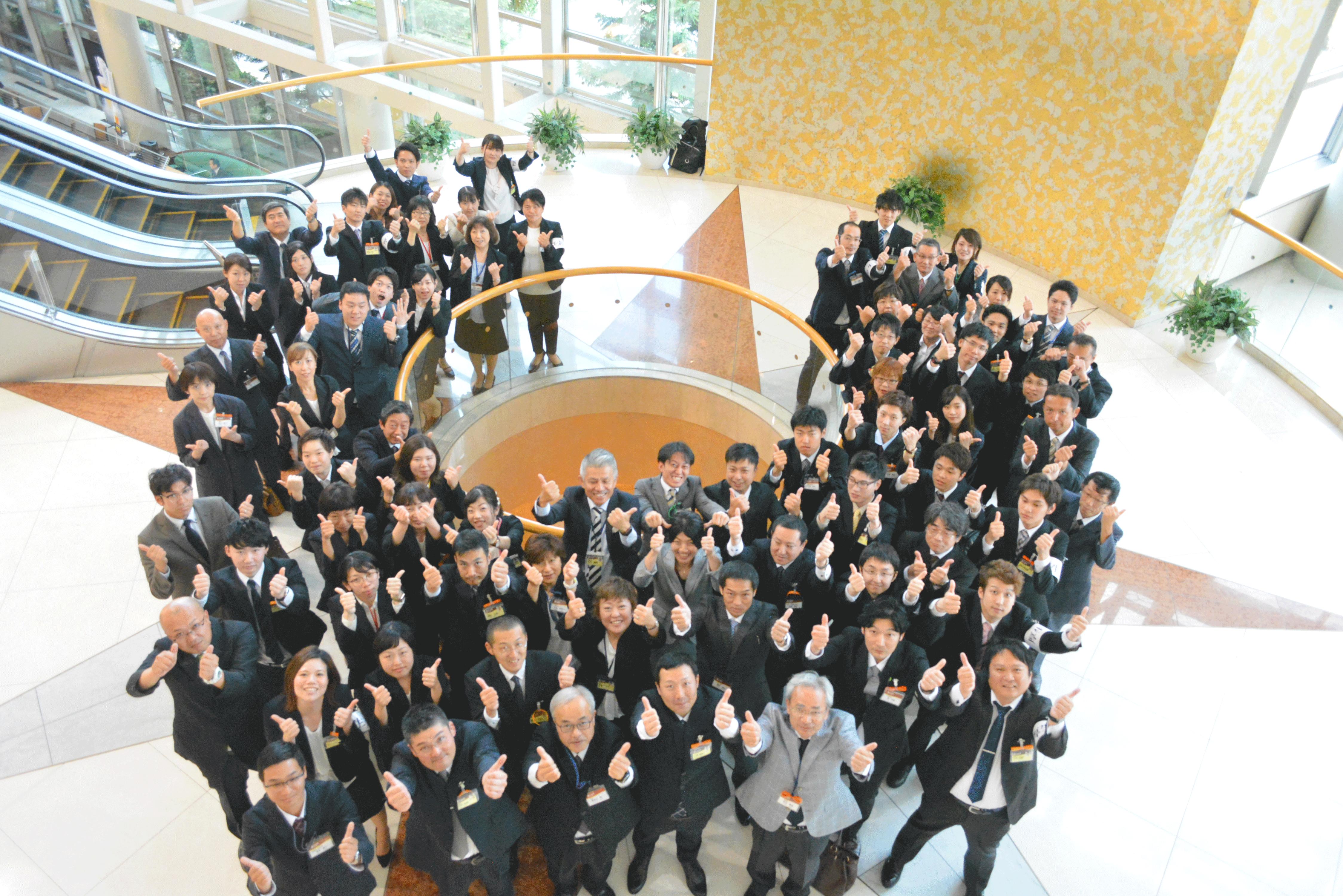 株式会社まごころはこんな会社です、社員の集合写真。